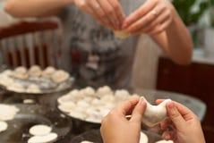 El niño aprende cocinar las empanadas Foto de archivo