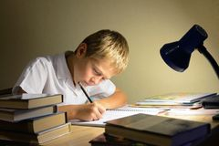 El niño aprende en la noche Fotografía de archivo