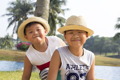 El niño asiático feliz disfruta de vacaciones de verano fotos de archivo