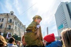 El niño bajo la forma de desfile militar, con los padres celebración del desfile del día de la victoria el 9 de mayo Vladivostok, Fotos de archivo