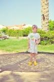 El niño bajo una palmera Fotos de archivo libres de regalías