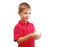 El niño bebe la leche Imágenes de archivo libres de regalías