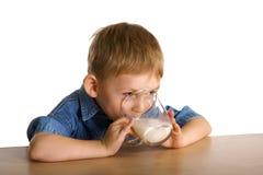 El niño bebe la leche Fotos de archivo libres de regalías