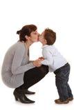 El niño besa a su madre fotografía de archivo libre de regalías