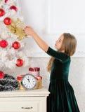 El niño celebra la Navidad en casa Día preferido del año Celebración de la Navidad Consiga excitado increíblemente alrededor fotos de archivo libres de regalías
