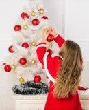 El niño celebra la Navidad en casa Día preferido del año Celebración de la Navidad Consiga excitado increíblemente alrededor fotografía de archivo libre de regalías