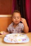 El niño come Fotografía de archivo libre de regalías