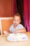 El niño come Fotografía de archivo