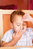 El niño come Fotos de archivo libres de regalías