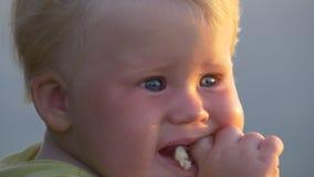 El niño come el pan con la boca desdentada metrajes