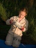El niño come en la naturaleza Fotografía de archivo libre de regalías