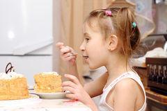 El niño come en la tabla Fotografía de archivo libre de regalías