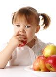 El niño come la manzana roja Fotografía de archivo libre de regalías