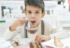 El niño come sacudida del choco de la leche fotos de archivo
