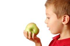 El niño come una manzana Fotografía de archivo