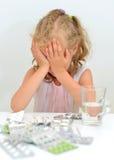 El niño comió las tabletas imagen de archivo libre de regalías