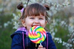 El niño con el caramelo grande Imagen de archivo