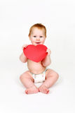 El niño con el corazón rojo grande Fotos de archivo