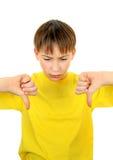 El niño con el pulgar abajo gesticula Fotos de archivo libres de regalías