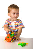El niño con la máquina del juguete fotografía de archivo