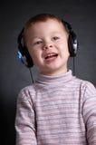 El niño con los auriculares Imagen de archivo libre de regalías