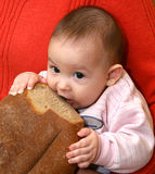 El niño con pan Fotografía de archivo libre de regalías