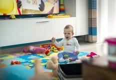 El niño con un juguete es soñoliento fotografía de archivo libre de regalías