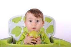 El niño con una manzana Imágenes de archivo libres de regalías
