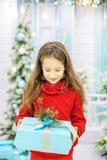 El niño consiguió una gran caja de regalo y disfruta Año Nuevo del concepto, M Imagen de archivo
