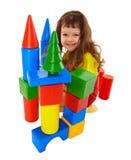 El niño construyó un castillo de los cubos del color Fotos de archivo