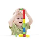 El niño construye una torre del juguete Fotografía de archivo libre de regalías