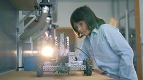 El niño controla una construcción del juguete, cierre metrajes