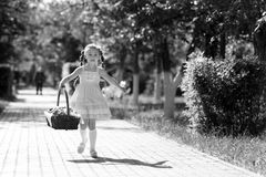 El niño corre de peligro imagen de archivo libre de regalías