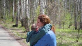 El niño corre a su madre, la abraza suavemente Familia feliz, padres cariñosos almacen de metraje de vídeo