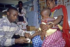 El niño de Kenyan Masaai conseguir-diseñó los zapatos foto de archivo libre de regalías