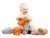 El niño de la alegría sostiene la caja de regalo brillante Imagen de archivo
