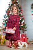 El niño de la muchacha celebra la Navidad con el perro Jack Russell Terrier en imagen de archivo libre de regalías