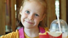 El niño de la muchacha come los alimentos de preparación rápida Junk Food Cadena alimentaria almacen de metraje de vídeo