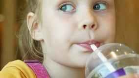 El niño de la muchacha come los alimentos de preparación rápida Junk Food Cadena alimentaria metrajes