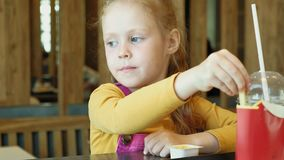 El niño de la muchacha come los alimentos de preparación rápida Junk Food Cadena alimentaria almacen de video