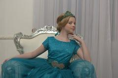El niño de la muchacha en el vestido atractivo Imagen de archivo libre de regalías