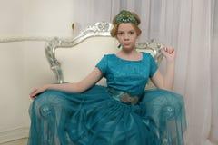 El niño de la muchacha en el vestido atractivo Imagen de archivo