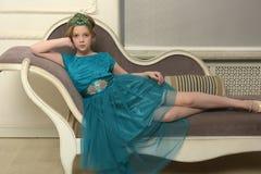 El niño de la muchacha en el vestido atractivo Foto de archivo libre de regalías