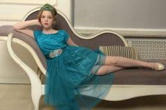 El niño de la muchacha en el vestido atractivo Fotografía de archivo libre de regalías