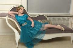 El niño de la muchacha en el vestido atractivo Imagenes de archivo