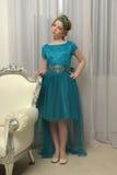 El niño de la muchacha en el vestido atractivo Foto de archivo
