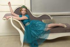 El niño de la muchacha en el vestido atractivo Fotos de archivo