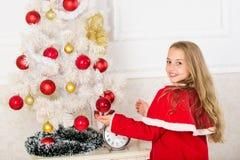 El niño dejado adorna el árbol de navidad Parte preferida que adorna Conseguir el adornamiento implicado niño Bolas largas del co fotos de archivo libres de regalías
