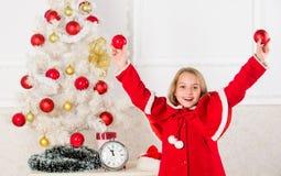 El niño dejado adorna el árbol de navidad Parte preferida que adorna Conseguir el adornamiento implicado niño Cómo adornar la Nav imagenes de archivo