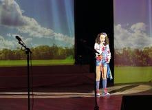 El niño del artista a solas de la canción Foto de archivo